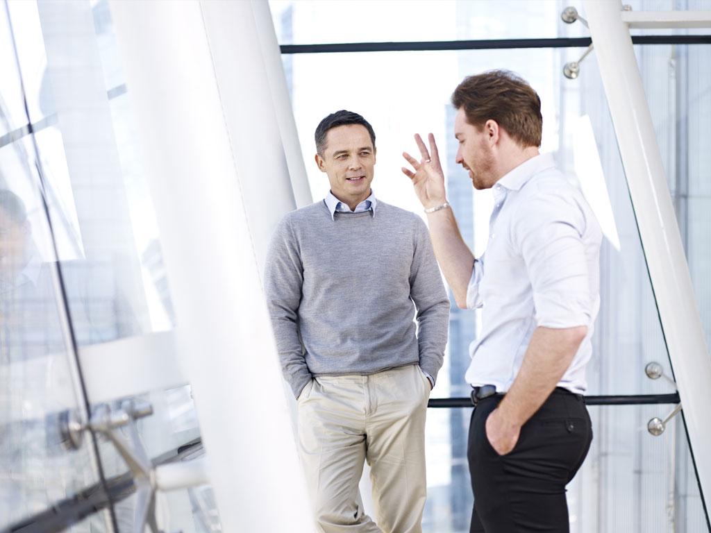 Dos hombres conversando